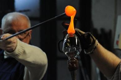 realisation-de-la-jambe-dun-verre-vin-la-cristallerie-royale-de-champagne-bayel-aube-qui-proposera-une-exposition-unique-pour-les-jema-2013